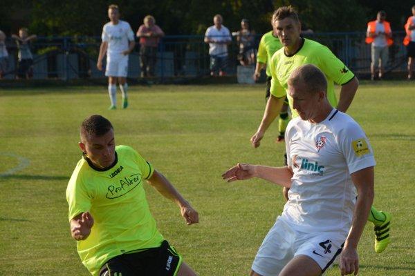 Solčany v pohárovom zápase nestačili na Sereď (0:4). V piatoligovom zápase si však vezú bod z Nevidzian za remízu 3:3.