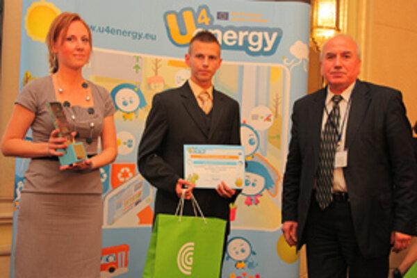 Zástupcovia Spojenej školy v Nižnej si cenu prevzali z rúk európskeho komisára pre energetiku Günthera Oettingera.