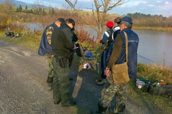 Spoločná akcia. Po dve popoludnia rybárov kontrolovali štyria policajti a 11 členov rybárskej stráže.