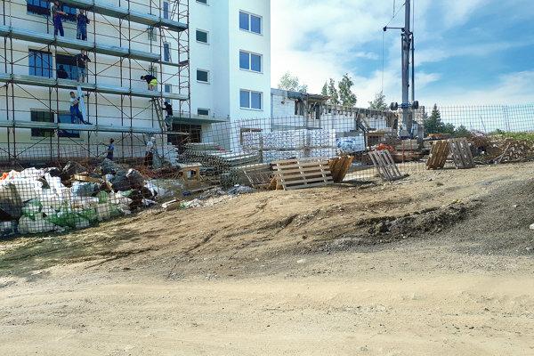 Cesta popred bytovku je zatiaľ len prístupom na stavenisko. Majiteľ ju upraví, mesto sa zaviazalo urobiť cestu.