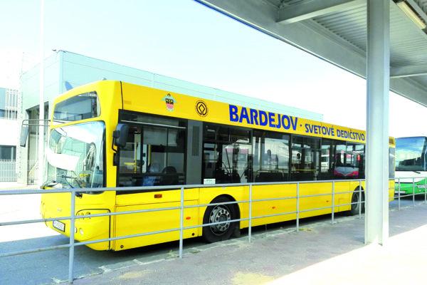 Autobusy musia byť rovnaké ako dnes. Žlté snápisom, erbom aznakom UNESCO.