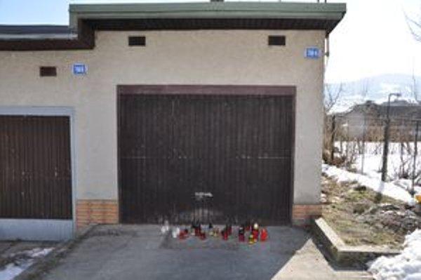 Pred garážou, kde si Lukáš siahol na život, horia sviečky.