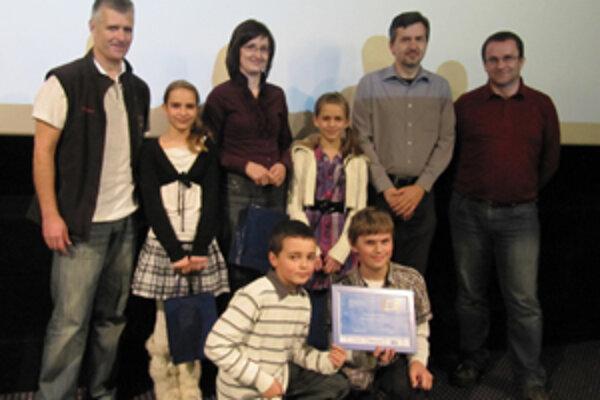 Nádejní filmári s predsedom poroty Pavlom Barabášom (vľavo).