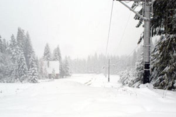 Oravice v stredu (14. októbra) zapadli snehom, chatári sa k svojim chatám dostávali len veľmi ťažko. Na rozmočenom podklade sa vytrvalo držala cca 20-centimetrová vrstva snehu.