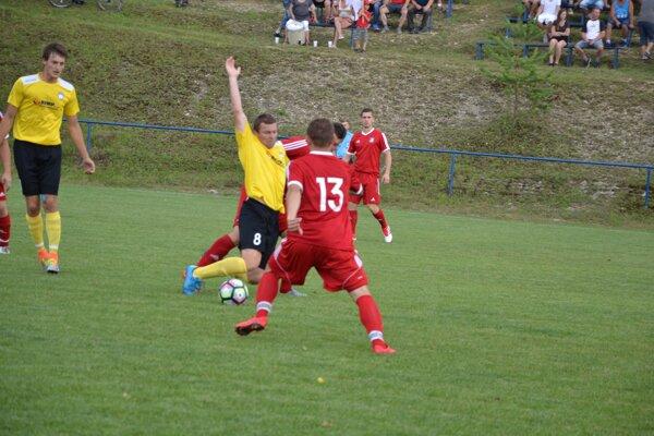 Podmanín (v žltom) slávil prvú výhru.