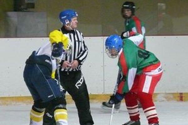 Derby Oravskej Lesnej s Námestovom rozhodoval dlhoročný nestor Oravskej hokejovej súťaže Jozef Babinský.