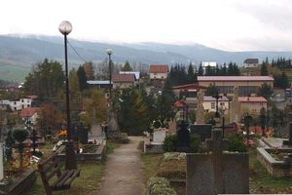 Na cintoríne v Hruštíne pribudli dve nové lampy, takže ľudia sa tu budú pohybovať s prehľadom.