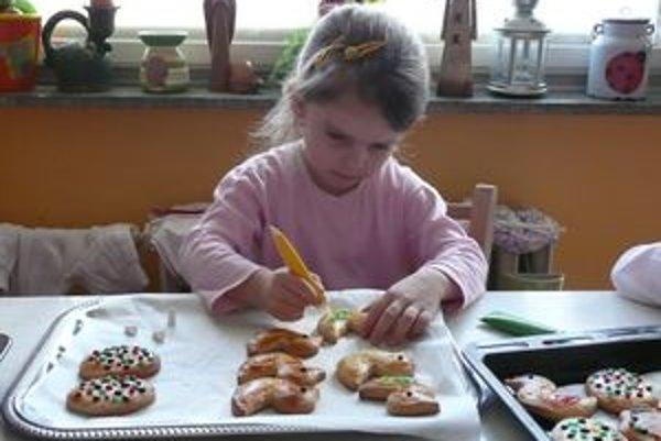 """Ema mame vždy pomáha pri pečení z """"dobrej múky"""". Dobroty si vie aj vlastnoručne vyzdobiť."""
