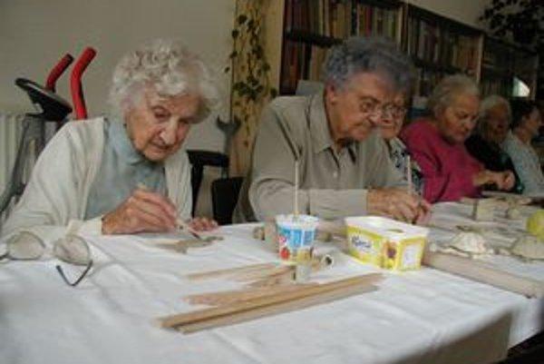 V domovoch sociálnych služieb robia dôchodcovia rôzne aktivity. Domáce prostredie im však vypĺňanie voľného času nikdy nenahradí.