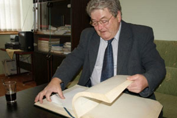 Pavol Holmík si pohnuté udalosti z roku 1989 a 1990 občerstvil aj zápismi v obecnej kronike.