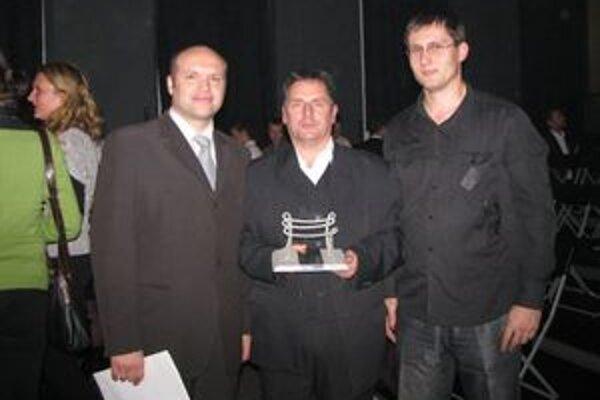 Starosta Sedliackej Dubovej Ladislav Tomáň si prevzal v Bratislave ocenenie za nezištnú pomoc pri organizovaní táborov na záchranu starého kostolíka v dedine.