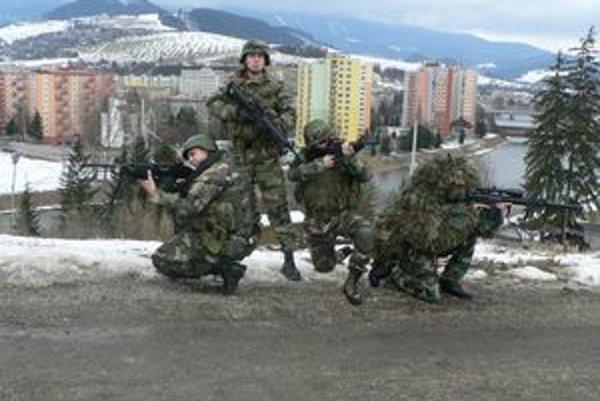 Dolnokubínski nadšenci airsoftu, hry, ktorá napodobňuje skutočný boj vo vojenských uniformách s dokonalými napodobneninami zbraní.