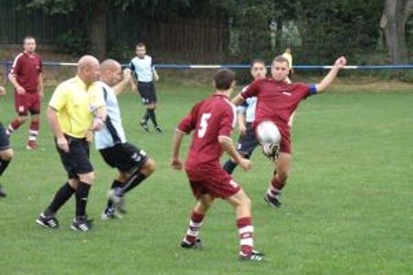 Hráči D. Kočkoviec (v červenom) neudržali proti Horovciam jednogólové vedenie.
