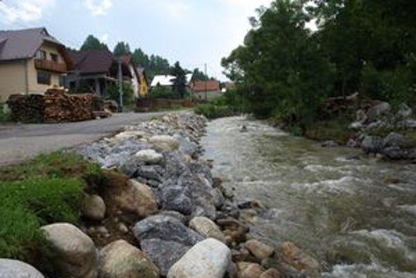 Júnové povodne sa odzrkadlili aj na toku Blatnej, na jej brehoch a blízkych cestách. Spevňovať ich museli kameňmi.