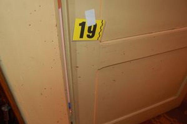 Stopy, ktoré páchateľ po sebe zanechal, polícia zaistila na mieste činu.