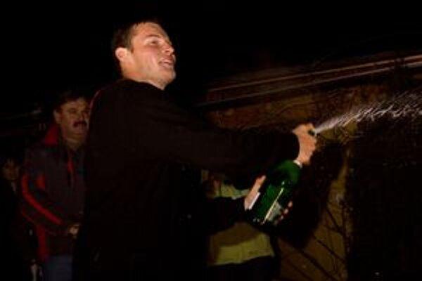 Štefan Svitko si nenechal újsť oslavu so šampanským.