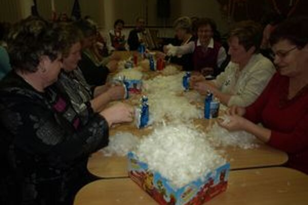 Okrem Oravčanov párala v Hladovke perie aj asi tridsiatka žien z poľských Raciechowic.