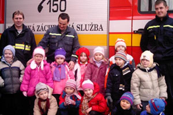 Stretnutie s hasičmi bolo pre škôlkarov dobrodružstvom.