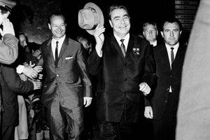 Rozlúčka so sovietskou delegáciou na hlavnej stanici v Bratislave, sprava člen Predsedníctva ÚV KSČS Vasiľ Biľak, generálny tajomník ÚV KSSZ Leonid Brežnev a prvý tajomník ÚV KSČS Alexander Dubček.