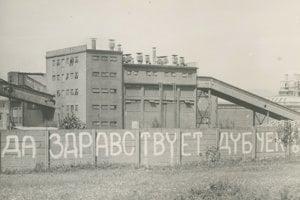 """Na plote fabriky v Žiari nad Hronom, ruský nápis """"Da zdravstvujet Dubček"""" (Nech žije Dubček)."""