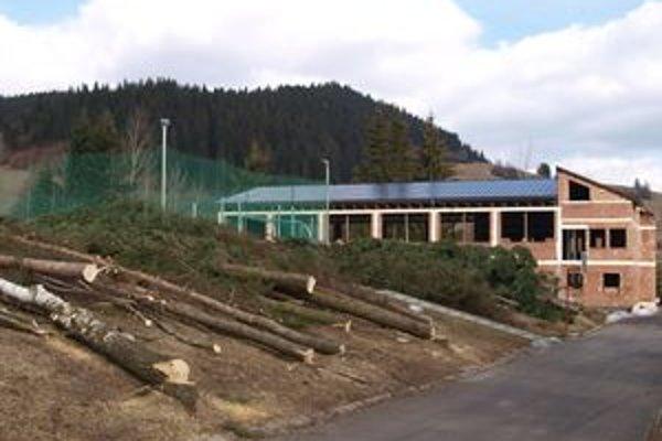 Vypílením starých stromov vznikol okolo ihriska voľný priestor, kde by mal vyrásť oddychový park pre žiakov.