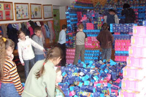 Oravskopolhorskí žiaci sa medzi krabičky doslova vrhli a pre Marťankov postavili poriadne veľký dom.