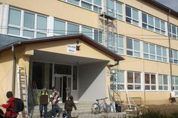 Všetky okná na druhej, mladšej budove štátnej základnej školy sú už vymenené.
