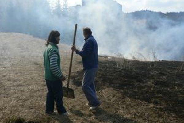 Kým prišli hasiči, požiar pri nemocnici hasili zamestnanci lopatami.