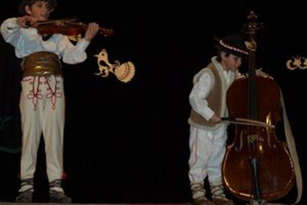 V Oravských spievankách vystúpili aj súrodenci Janoštínovci zo Zuberca. Ich spev a hra na hudobné nástroje divákov zaujala.