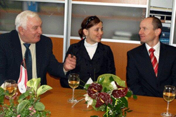 Zľava: prvý tréner dnešného olympionika Albín Bernaťák, Martinova priateľka, sánkarka Alena Ninisová a Martin na minulotýždňovom stretnutí v Zákamennom.