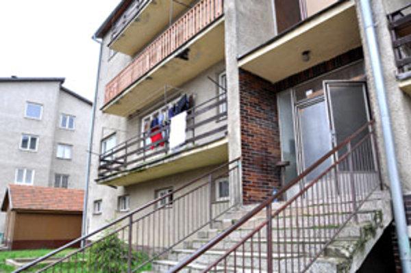 V tejto bytovke sa stala včera večer vražda. Ráno sa už na balkóne sušili veci očistené od krvi.