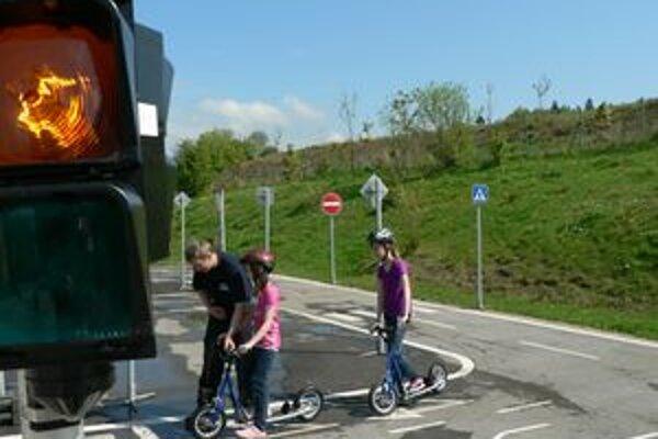 Deti sa na ihrisku vybavenom semaformi a dopravnými značeniami naučia, ako sa majú pohybovať na skutočnej ceste.
