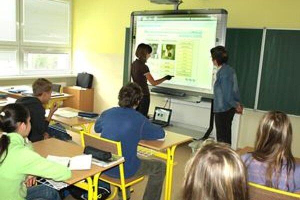 Deti so záujmom sledovali nové učivo. Rôznymi klikmi a presunmi prstom potom vypracúvali cvičenia.