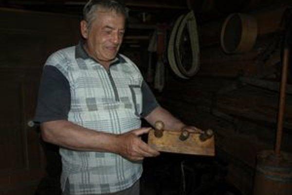 Jeden nástroj na výrobu šindľov má Blažej Vronka po dedovi, druhý mu daroval kamarát.