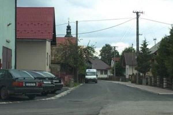 Posledný júnový týždeň pokryl cestu okolo kostola nový asfalt.