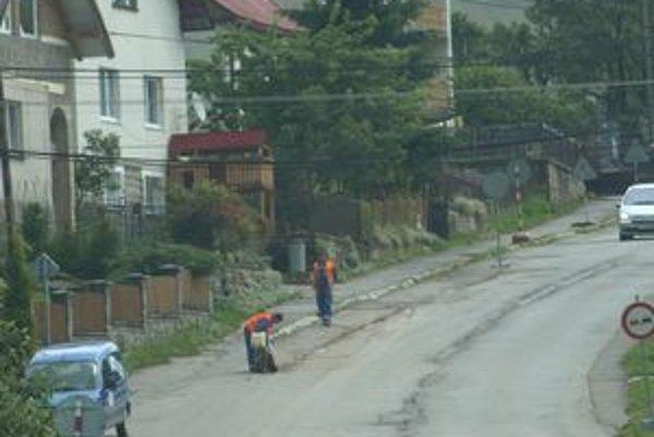 Začiatkom prázdnin začali vodári upravovať skupinový vodovod okolo hlavnej cesty. Čoskoro sa k nim pridajú aj cestári.