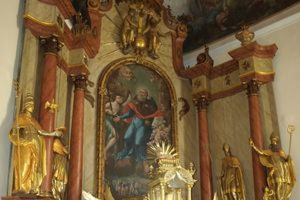 Takto vyzerá hlavný oltár po viac ako ročnom reštaurovaní. Sochy odborníci upravovali len nedávno.