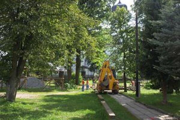 Z centra musia pilčíci vypíliť 38 chorých a poškodených stromov. Nahradí ich 46 nových.