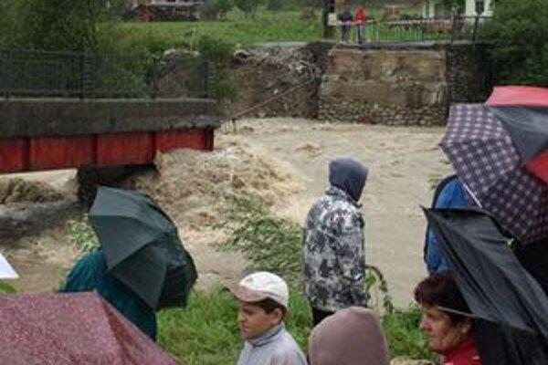 Voda strhla v Rabči časť mosta. Je len otázkou času, kedy tok stiahne aj zvyšok.