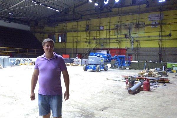 Prezident Ervín Mik pri rekonštrukcii štadióna.