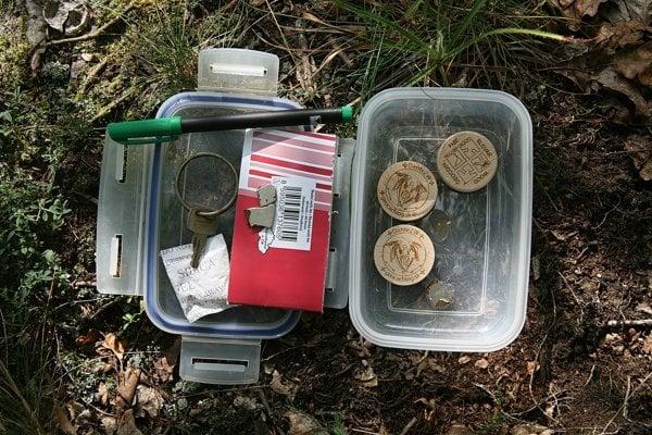 Túto škatuľku našli pripevnenú na chránenej Jastrabskej skale.