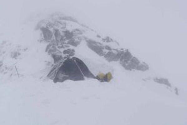 Počasie vo vysokohorskom teréne v týchto dňoch nie je vhodné na turistiku. Presvedčili sa o tom aj dvaja turisti z Čiech.
