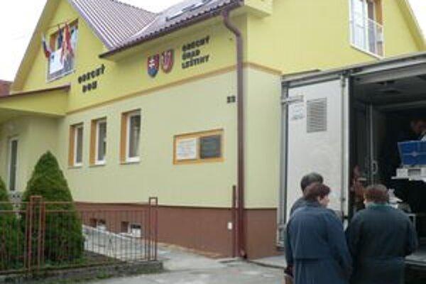 Obecný úrad v Leštinách. V jeho okolí sa vraj potuloval medveď.
