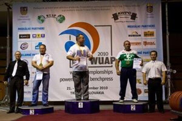 Vľavo je bronzový Dušan Brenkus.