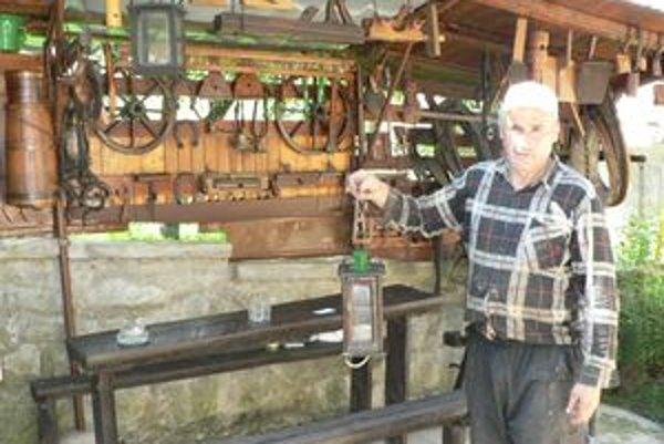 Miroslav Mišek má doma vlastné múzeum starožitností. Jedným z jeho najstarších predmetov je dvestoročný lampáš.