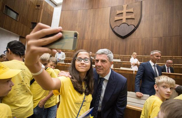 odpredseda NR SR Béla Bugár (uprostred vpravo) sa fotí so žiačkou detskej univerzity počas návštevy účastníkov workshopu Detskej Univerzity Komenského.