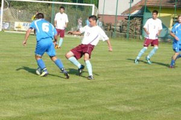 Prostinák z H. Poruby (v bielom) v súboji s hráčom Šimonovian Vargom.