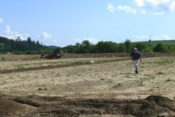 Zavlažovací systém je úspešne zrealizovaný, najbližšie sa na plochu ihriska zaseje tráva.