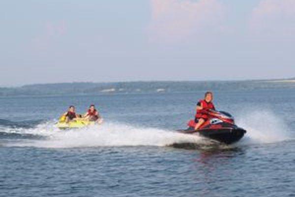 Na vodách Oravskej priehrady turisti stále viac vyhľadávajú adrenalínové športy.