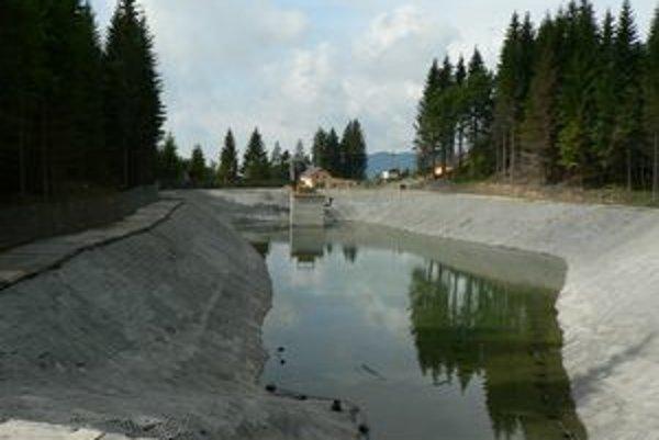 V najbližších dňoch bude jazero na Kubínskej holi skolaudované a napustené vodou doplna.